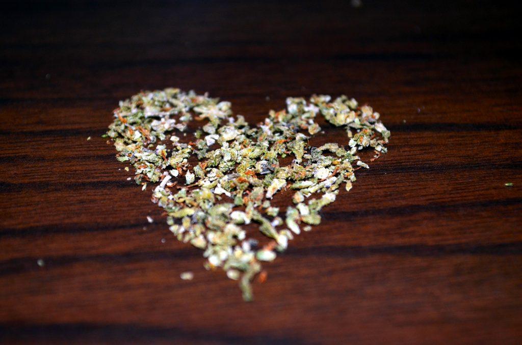 Cannabisblüten - zu einem Herzen angeordnet