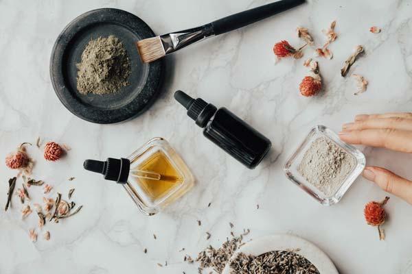 Cannabidiol-Öl mit Pipette und Hanfpulver
