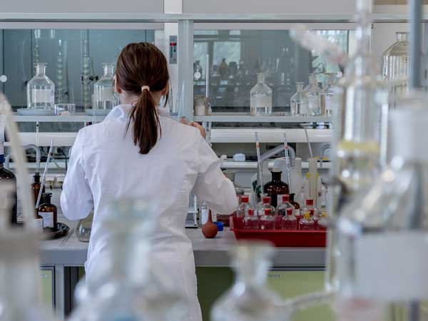 Forscher untersucht Cannabinoide
