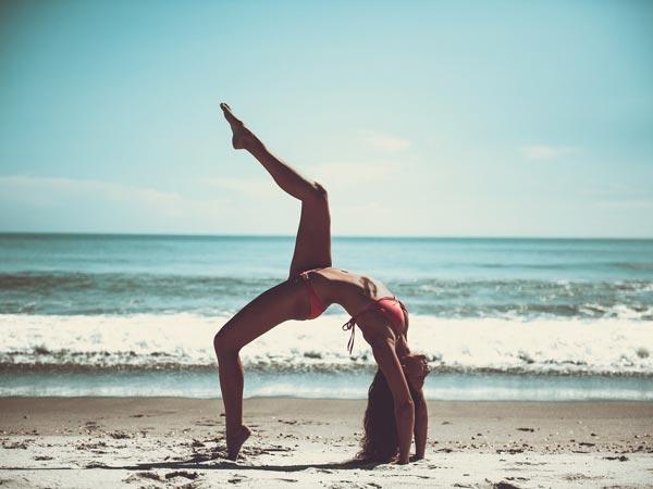 Frau macht Yoga nach CBD-Einnahme